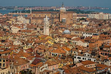 Overzicht van boven de stad Venetië. van Berend Kok