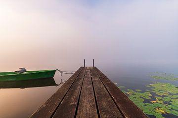 Steg mit Boot im Nebel