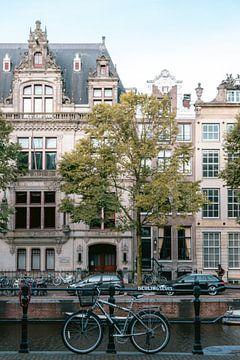 Cremefarbenes Grachtenhaus in Amsterdam, Niederlande. von Manon Galama