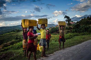 Auf der anderen Seite des Kristalls | Kinder mit Wasser in Kanistern von Coen Dijkstra