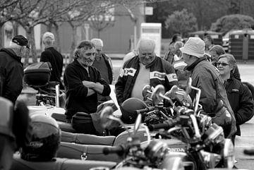 Motorrijders bespreken hun motoren von Maren Oude Essink