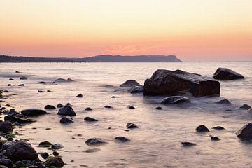 zonsondergang licht op het stenen strand van Ralf Lehmann