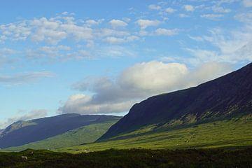 Nebelschwaden über dem Berg im Glen Coe in Schottland. von Babetts Bildergalerie