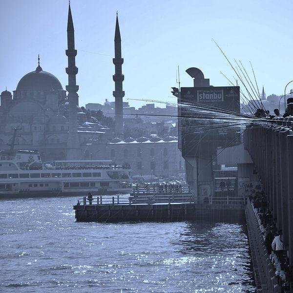 De Galatabrug in Istanbul van Marian Sintemaartensdijk
