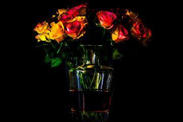 Een stilleven van rode en gele rozen met een twist van Jan Hermsen