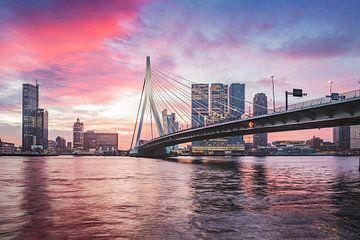 Magische zonsopkomst Erasmusbrug Rotterdam van Midi010 Fotografie