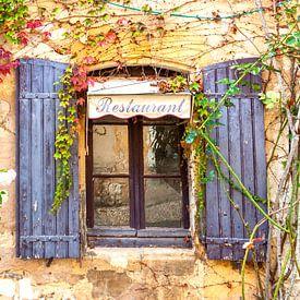 Franse restaurant met raamluiken van Fotografie Arthur van Leeuwen