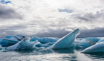 IJsschotsen in het meer van Jokulsarlon op IJsland van Daan Kloeg