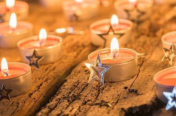 Rode kerst- en adventskaarsen compositie met zilveren ster ornamenten van Alex Winter