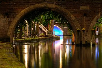 Doorkijkje onder de Jacobibrug over de Oudegracht in Utrecht sur Donker Utrecht