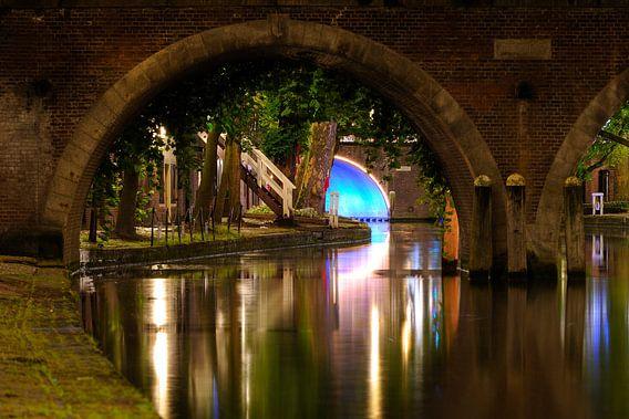 Doorkijkje onder de Jacobibrug over de Oudegracht in Utrecht