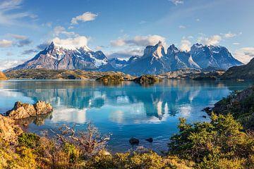 Lago Pehoe  Spiegelung und Cuernos Peaks am Morgen, Nationalpark Torres del Paine, Chile von Dieter Meyrl