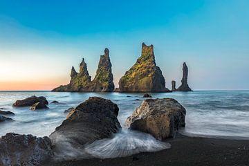 Reynisdrangar kliffen op zwart zandstrand, Vik, IJsland van Dieter Meyrl