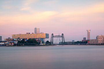 Skyline Rotterdam in de ochtend van Ilya Korzelius
