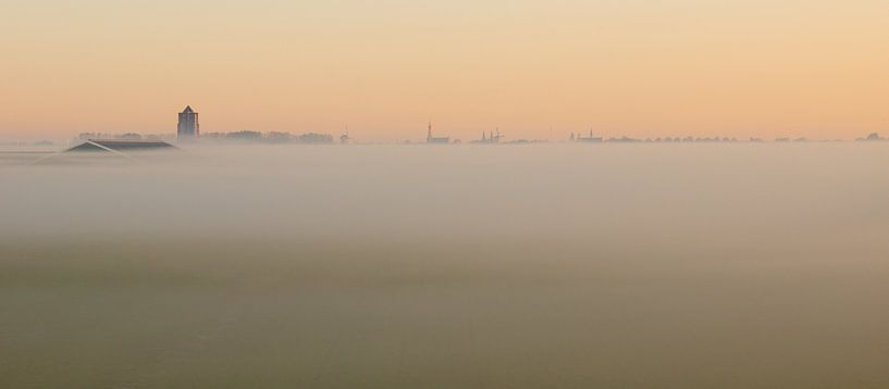 Zierikzee dans le brouillard du matin sur Jan Jongejan