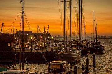 Port de Zoutkamp, village de pêcheurs. sur Ron Poot