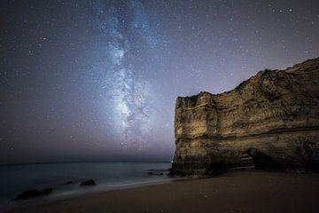 Melkweg boven het strand en de zee in de Algarve, Portugal van