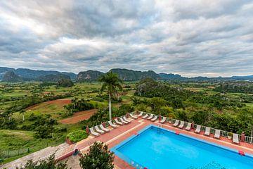 Zwembad met zicht op Valle de Viñales, Cuba van Koen Henderickx