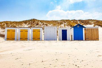 Strandhuisjes bij duin en strandwallenlandschap Domburg van Björn van den Berg