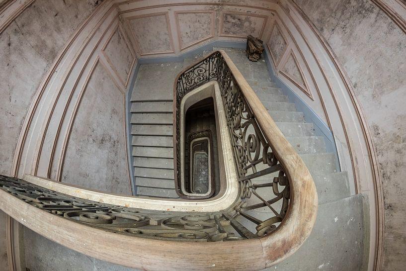 Treppenhaus in einem verlassenen Chateau von Patrick Löbler