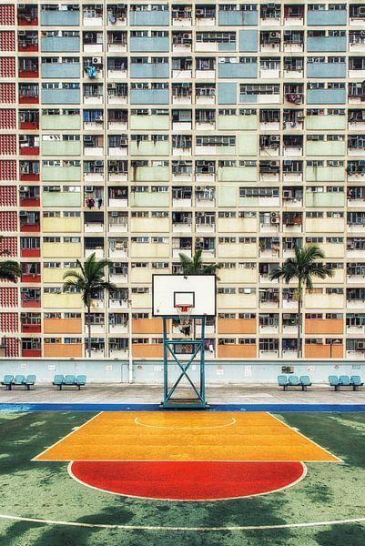 Hong Kong kleurrijke woonwijk met basketbalveld van Aad Clemens