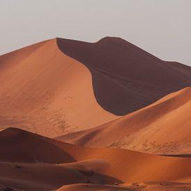 Zandduinen bij zonsondergang, woestijn Namibië || Sossusvlei van Suzanne Spijkers