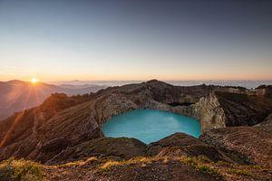 Zonsopgang aan het Kelimutu kratermeer