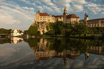 Regenboog bij Sigmaringen Kasteel aan de Donau van Jiri Viehmann
