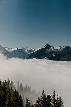 Boven op de berg en heel veel wolken in Oostenrijk van Yvette Baur