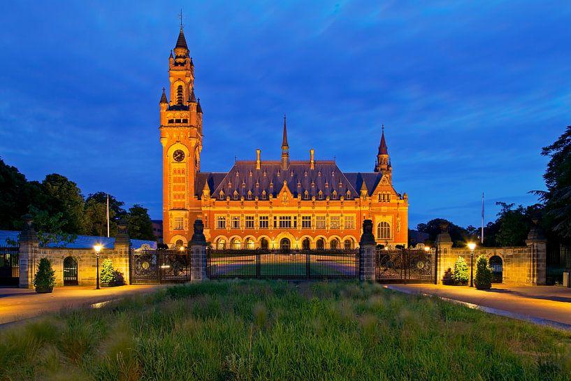 Nachtfoto Friedenspalast in Den Haag von Anton de Zeeuw