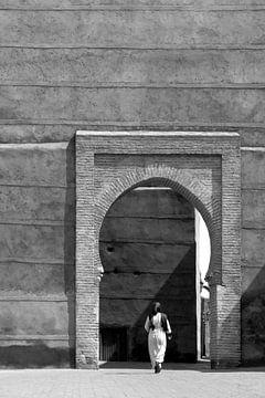 Frau geht durch ein Tor im Zentrum von Marrakech von Evelien Oerlemans