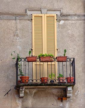 Oud balkon in Italië van Martine Moens