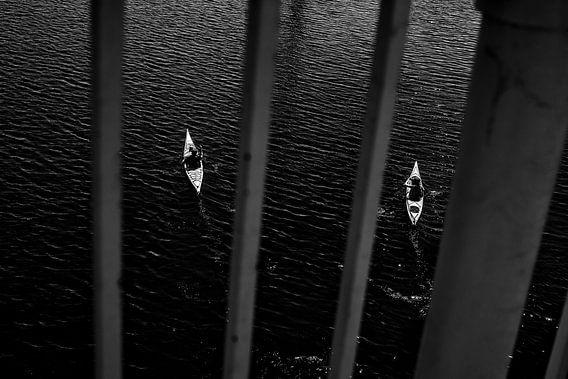 kajakken vanaf de brug    van Joris Louwes