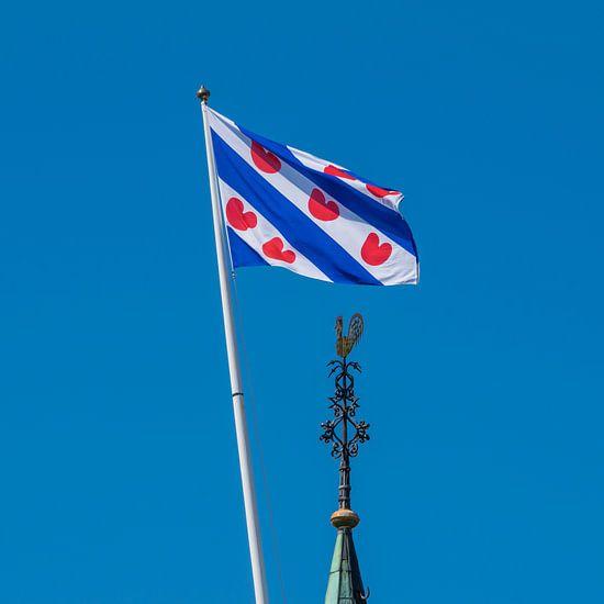 De Friese vlag en de kerktorenspits van het dorpje Cornwerd
