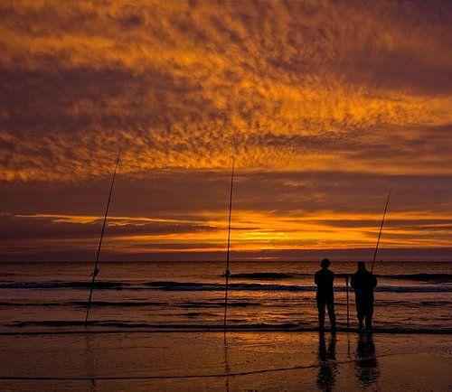 Zonsondergang met Vissers op het Strand