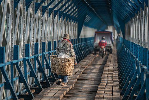 Javaanse man met zijn koopwaren op de Cirahong brug