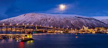 Winter en opkomende maan in Tromsø, Noorwegen van Adelheid Smitt