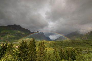 Regenboog in  Noorwegen van Marcel Kerdijk