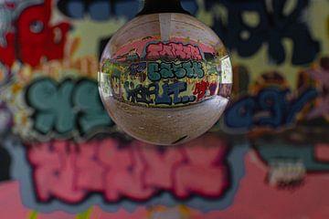 Graffiti durch Linsenkugel von Roy Schmidt