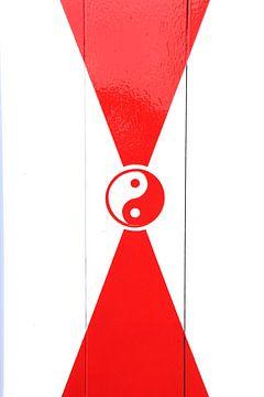 Rot-weißes Yin- und Yang-Zeichen von Bobsphotography