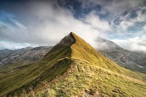 Mountain Peak In Low Clouds von Olha Rohulya