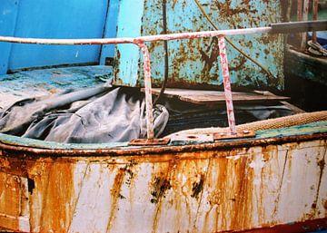 Teil eines alten, verrosteten Schiffes. von Dick de Gelder