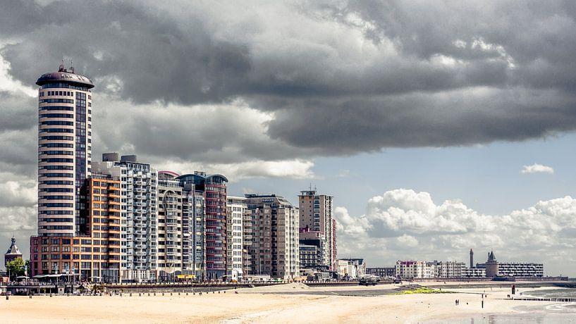 Skyline van Vlissingen onder een dik wolkendek (panorama) (kleur) van Fotografie Jeronimo