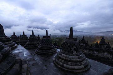 Sfeervolle plaat van de Borobudur voor zonsopkomst op een dag met zware bewolking en neerslag sur Arthur Puls Photography