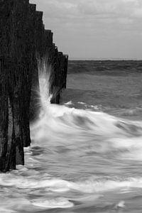 Breaking the waves - B&W