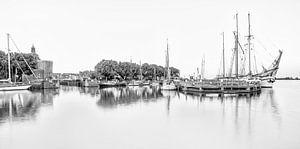 De oude haven van Enkhuizen in zwart wit