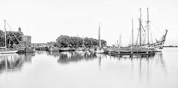 De oude haven van Enkhuizen in zwart wit sur