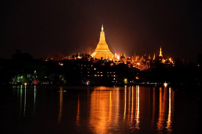 Shwedagon pagoda in Yangon van Michael Feelders
