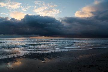 Winterse buien boven de Noordzee in Zeeland Nederland van Rik Pijnenburg