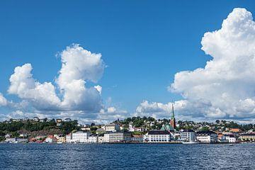 Gezicht op de stad Arendal in Noorwegen van Rico Ködder